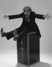 Clown Zappo auf Koffer